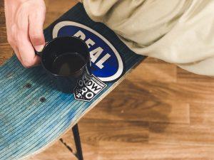 使い終わったスケボーデッキをリメイク。サイドテーブルや椅子にDIY