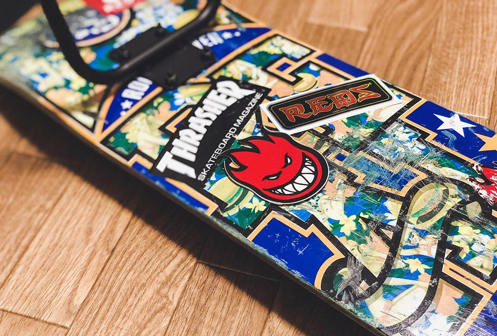 スケボーブランドのステッカーをスケートボードに貼ったところ