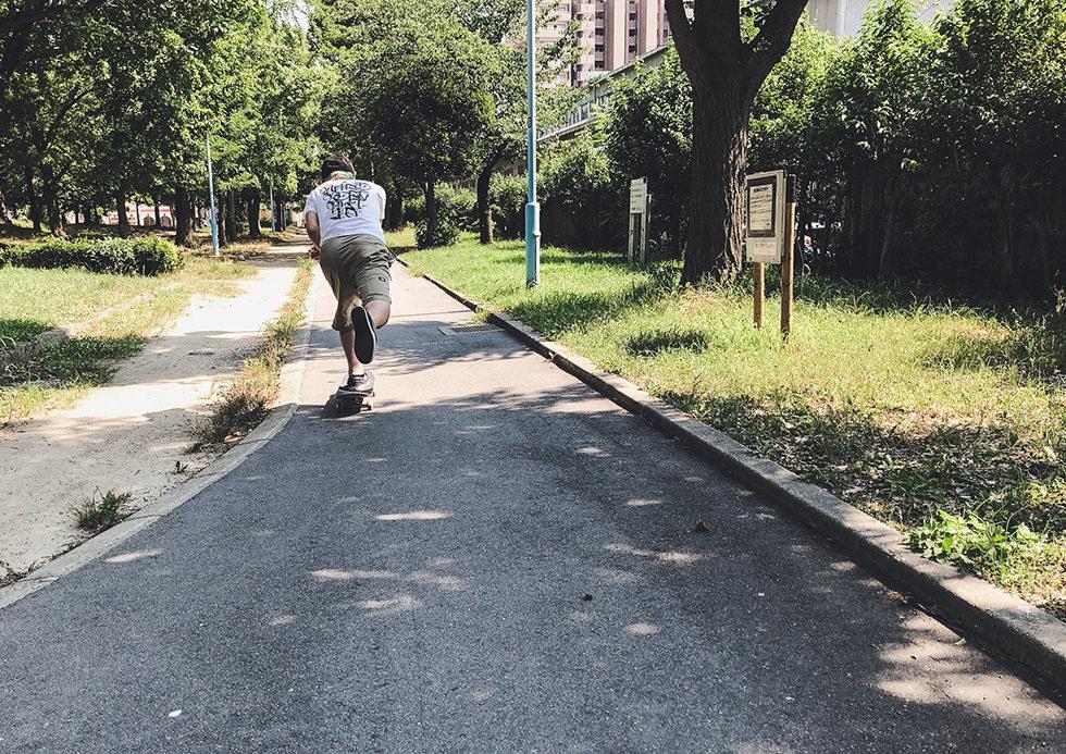 公園でスケボーの滑る練習をしているところ