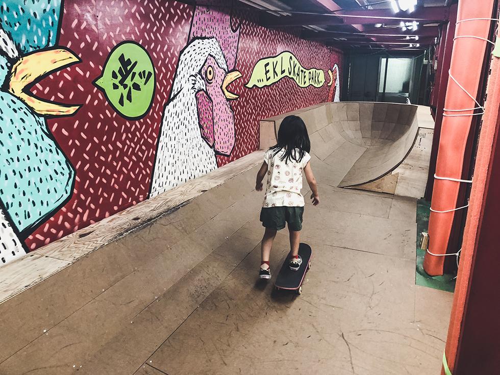 スケボー初心者の娘がスケートパークで練習しているところ