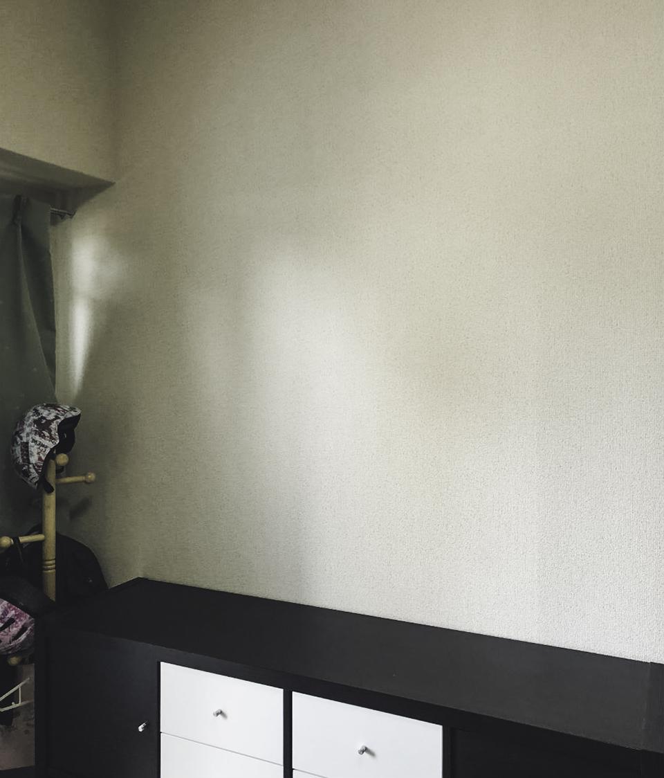 本棚を設置する壁の寸法を測る