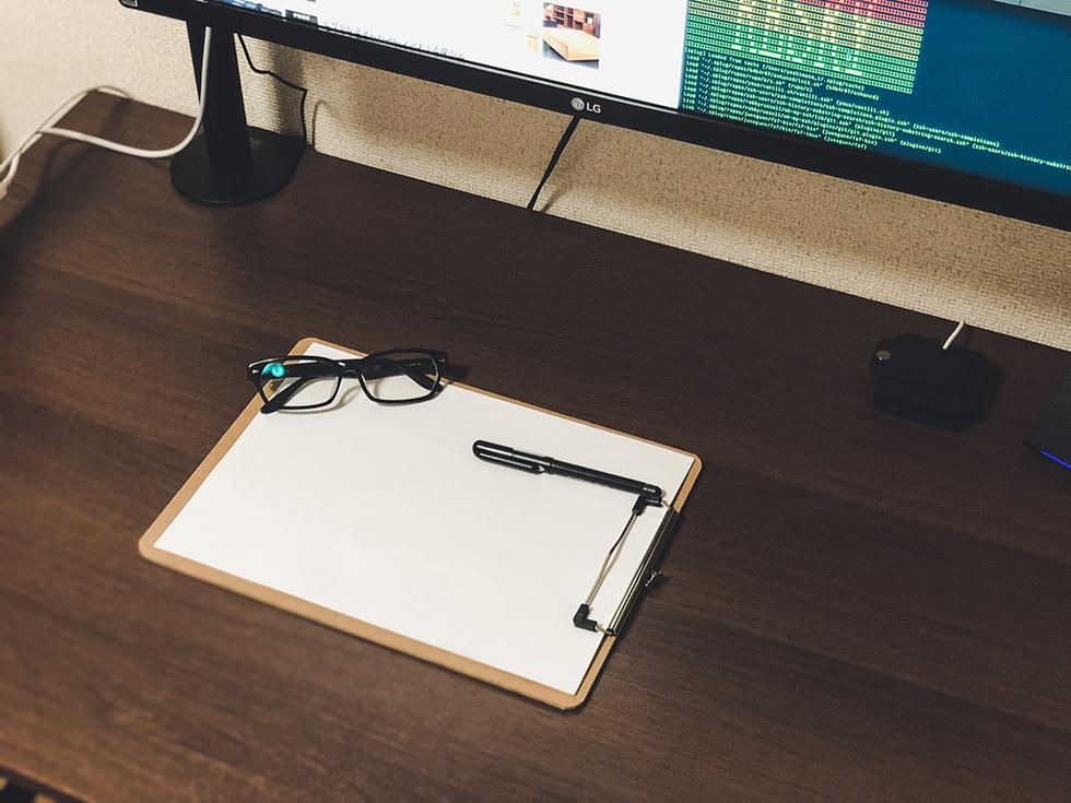 MacBook Pro があるおしゃれな机の周りを紹介4