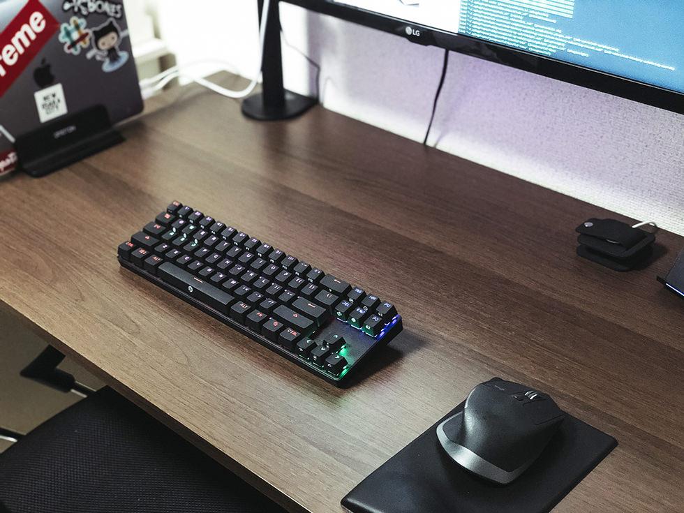 『Macbook Pro があるおしゃれな机の周り』デスク周りを整理・収納の実例も紹介。