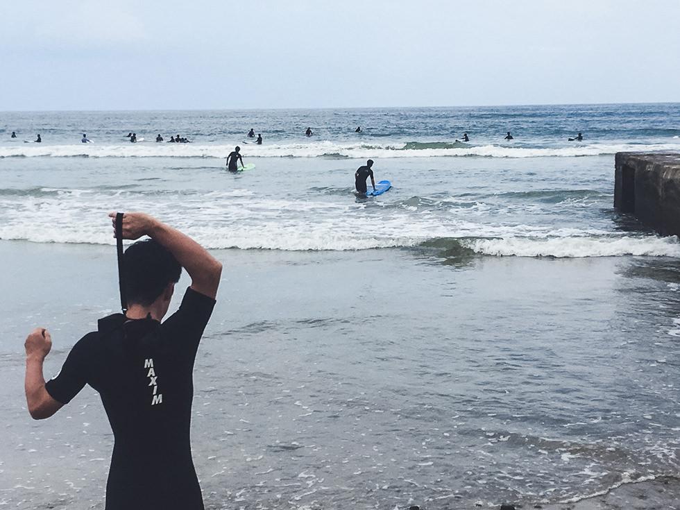 国府の浜でサーフィン初挑戦