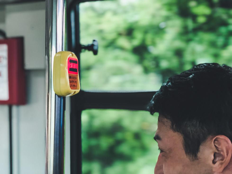バスで国府の浜へ到着