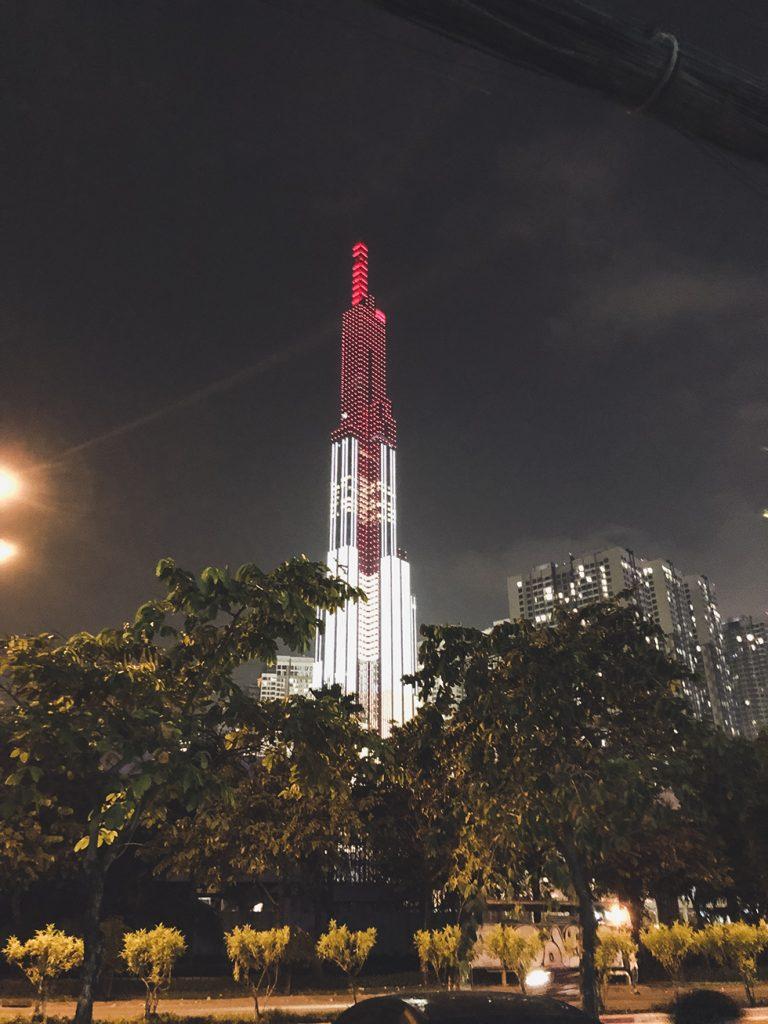 ベトナムで一番高い80階建てのビルのネオン