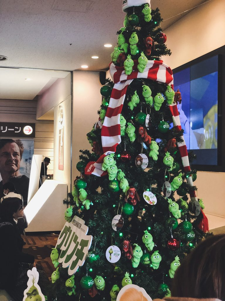 映画館にあったグリンチのクリスマスツリー