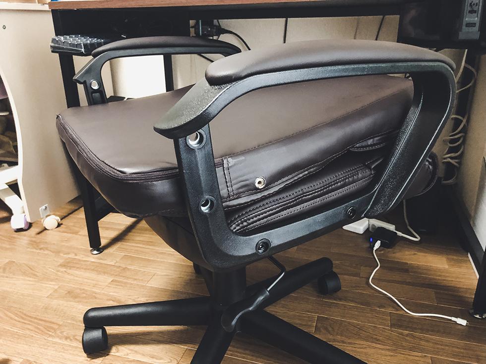 背もたれと肘置きを椅子にビスで固定する