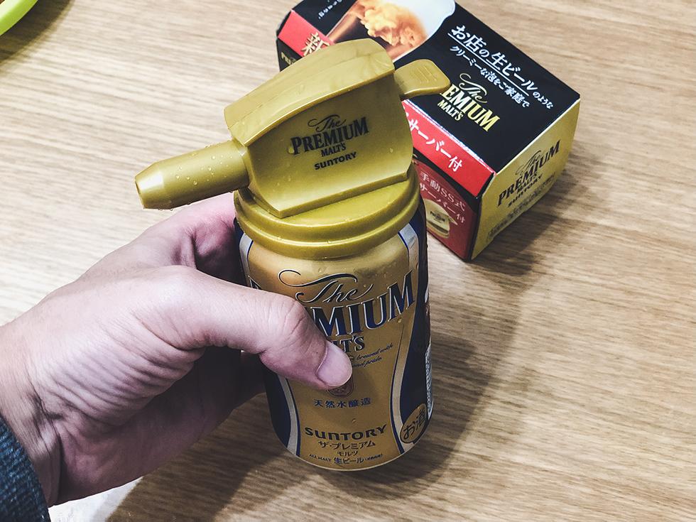 缶ビールの泡がクリーミーになる神泡サーバーの本体をプレモルに装着