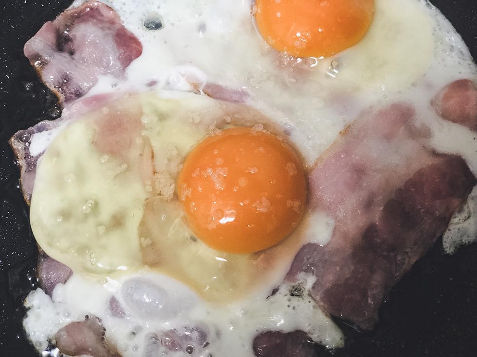 卵に適量の塩をかける