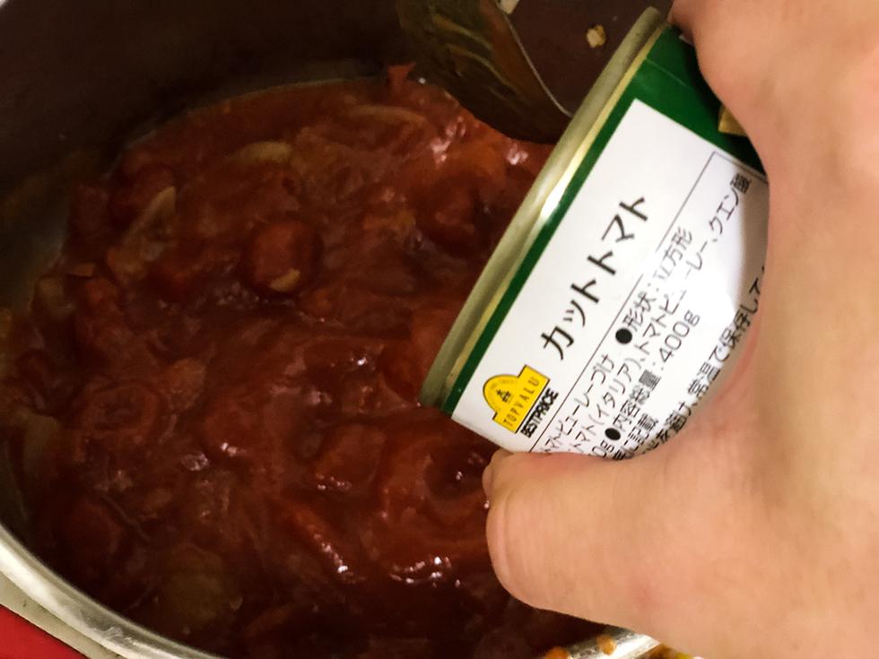カットトマトを鍋に入れる
