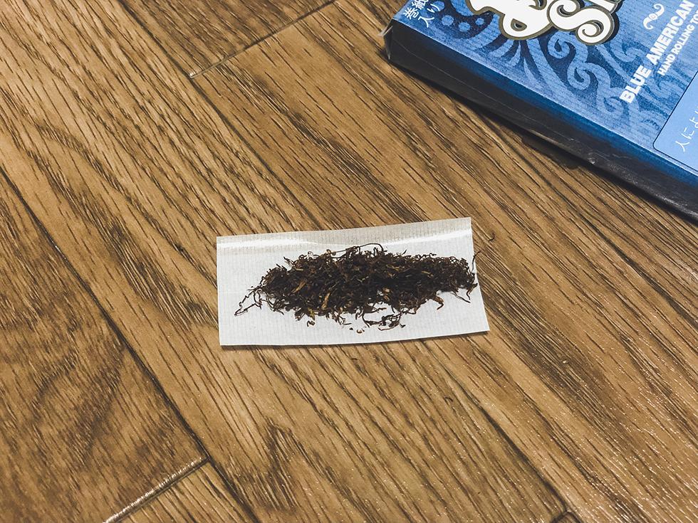 ペーパーにタバコの葉っぱを置く