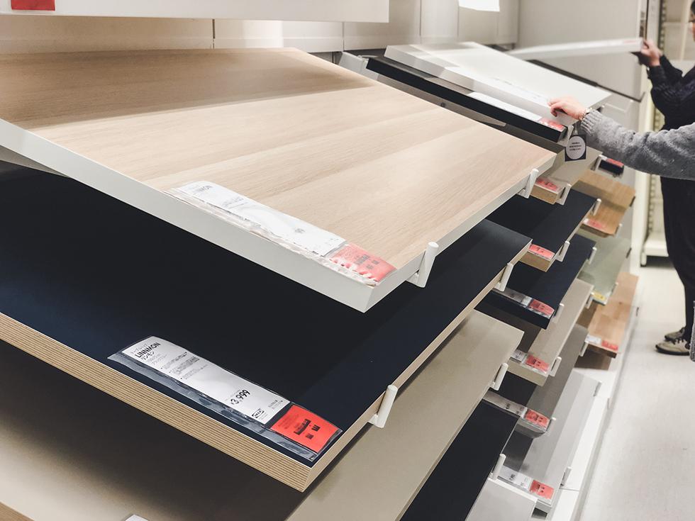 IKEAにある2番めに安かった LINNMON (リンモン)の木目シール(オーク調)が貼れた天板は手前の一番上