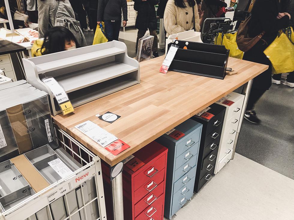 IKEAにある MacBook Pro に合いそうな天板 GERTON (イェルトン)の展示品