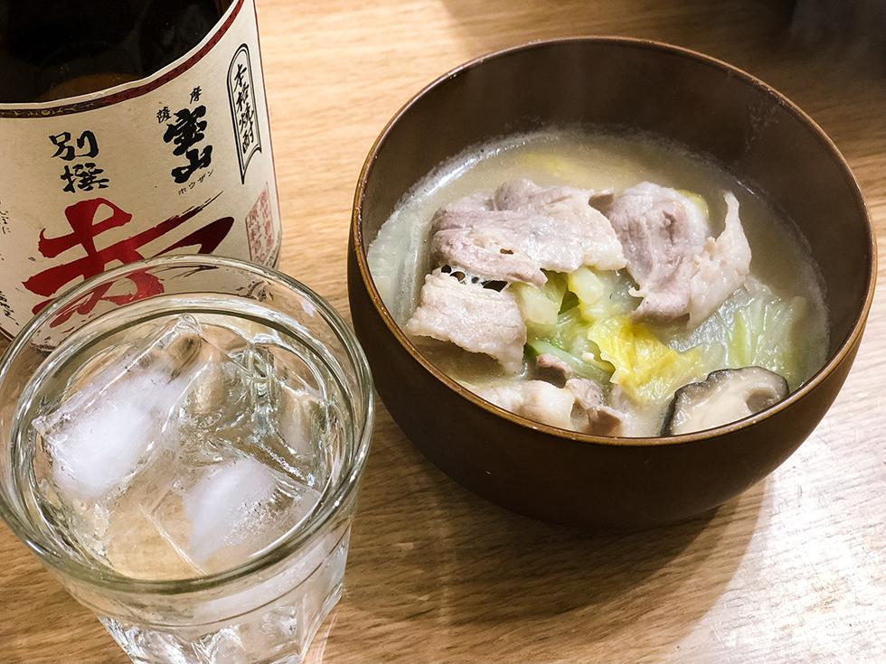 まつやのとり野菜みそ鍋と冷えた焼酎ロック(薩摩宝山 別選 赤)