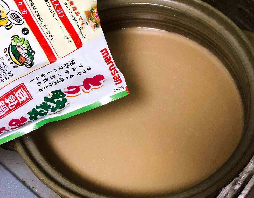 まつやのとり野菜みそ鍋スープを鍋にいれるところ