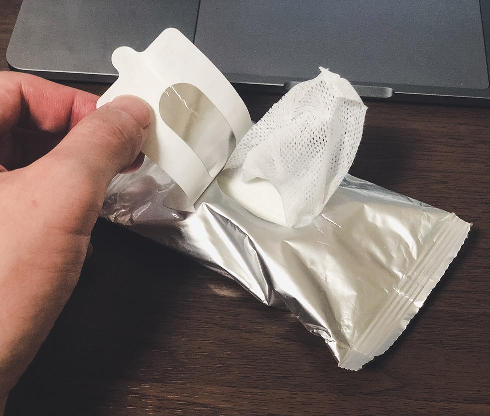 無印良品の除菌シートを一枚取り出すところ