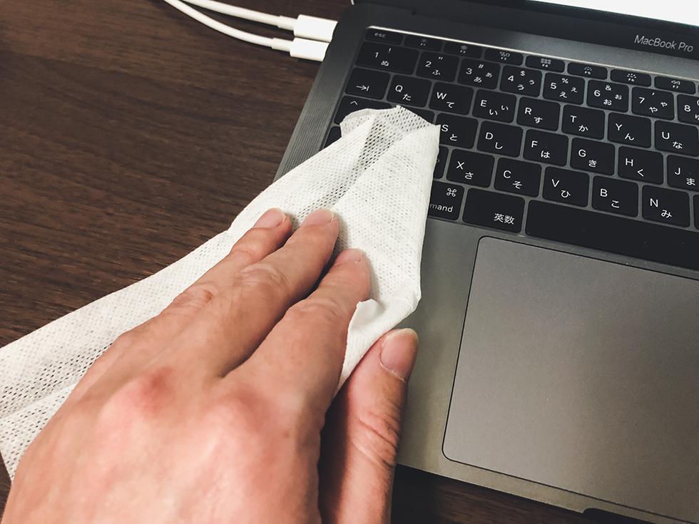 手汗で汚れた MacBook Pro を無印良品の除菌シートで拭きとっているところ
