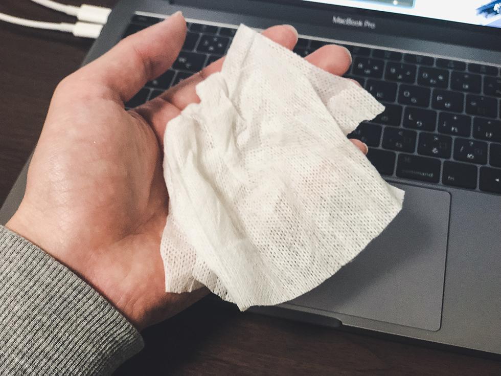 手のベタつきを無印良品の除菌シートで拭く
