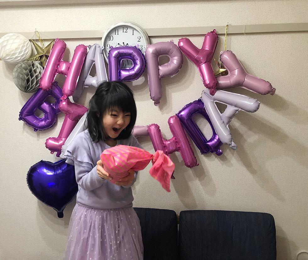 LOLサプライズで誕生日の飾り付けをして娘が喜んでいるところ