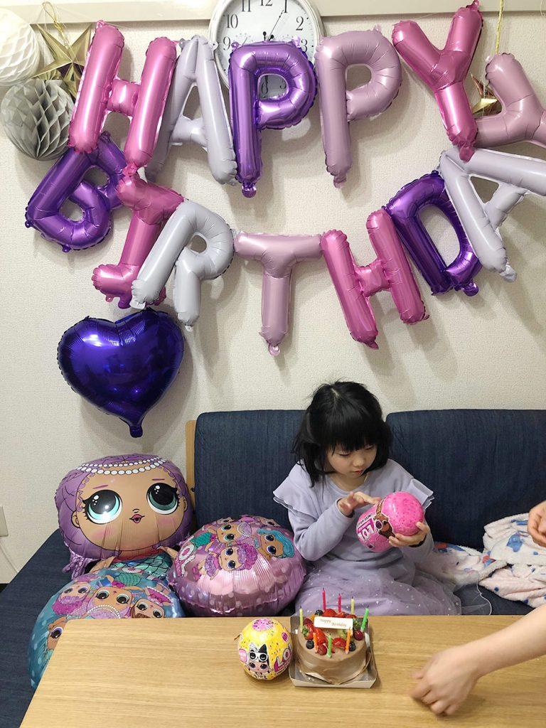 L.O.Lサプライズのバルーンの飾り付けで娘の誕生日のお祝い