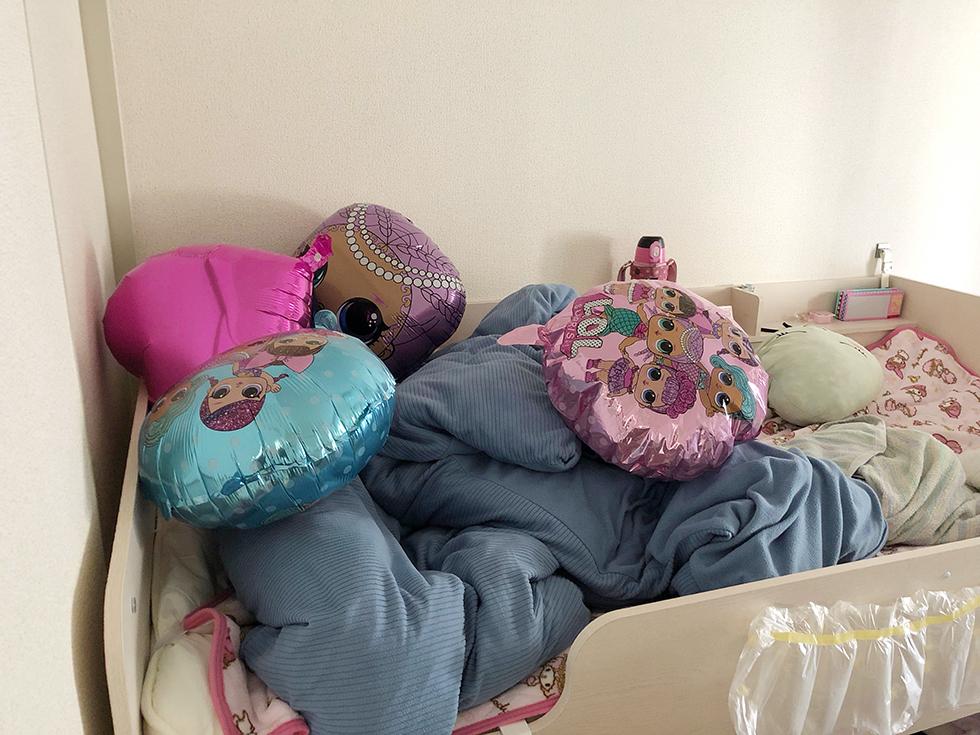 LOLサプライズの誕生日飾り付けバルーンをベッドに