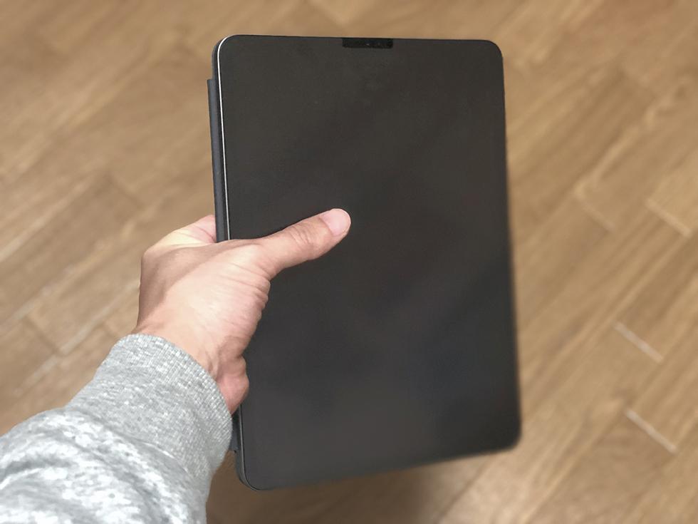 Smart Keyboard Folio を装着したままタブレットとして使うところ