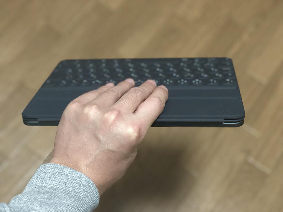 Smart Keyboard Folio を装着したまま使う時に持つところ