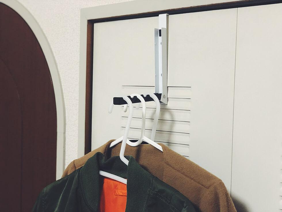 部屋のドアに折り畳み式ドアハンガーを取り付け
