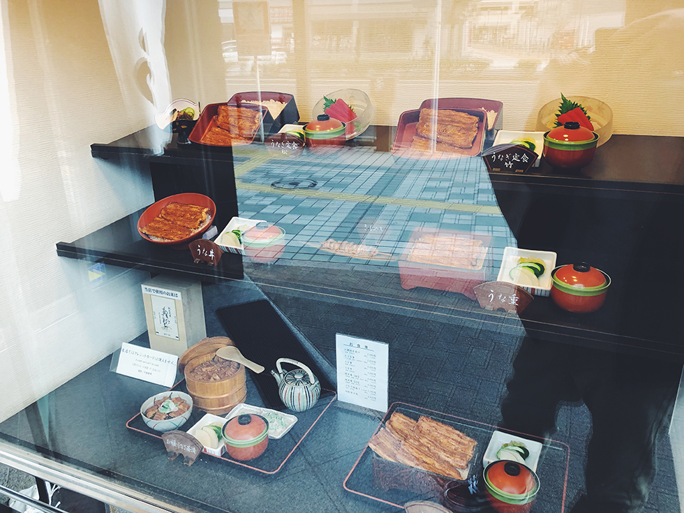 JR浜松駅近く北口側にある うなぎ専門料理店 うなぎ八百徳の入り口のメニュー