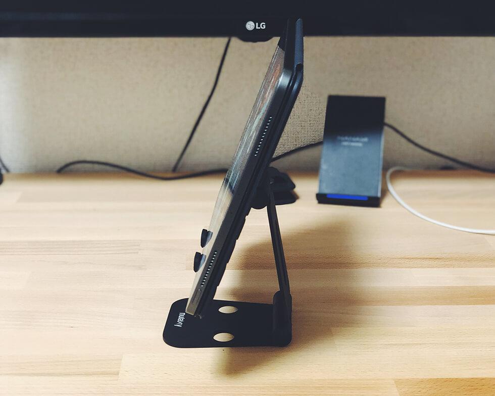折りたたみ式タブレット用スタンドにiPad Proを置いて横から見た所