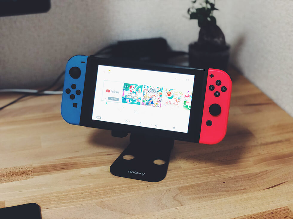 折りたたみ式タブレット用スタンドに任天堂Switchを置いた所(正面)
