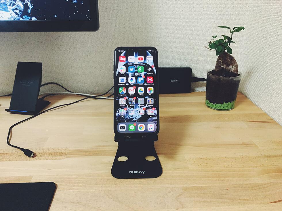折りたたみ式タブレット用スタンドにiPhoneを置いた所(正面)