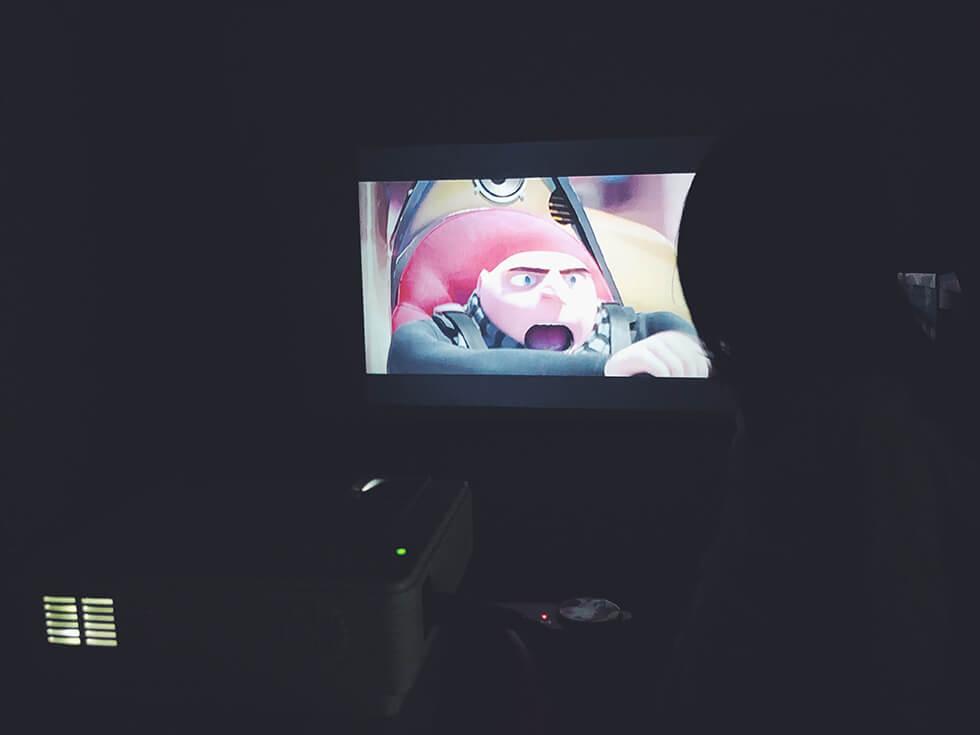 子どもが子供部屋でプロジェクターで映画をみているところ