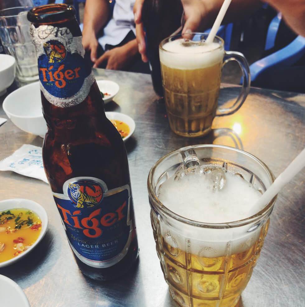 ベトナムの夜屋台でビールを飲んでいるところ