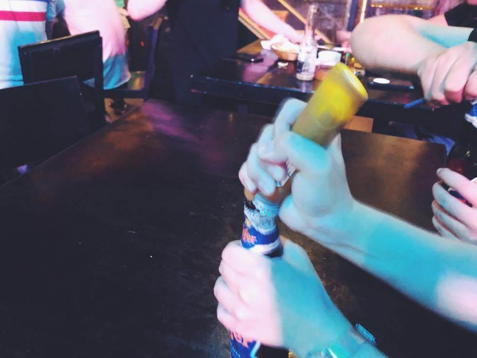 瓶ビールをあけるところ
