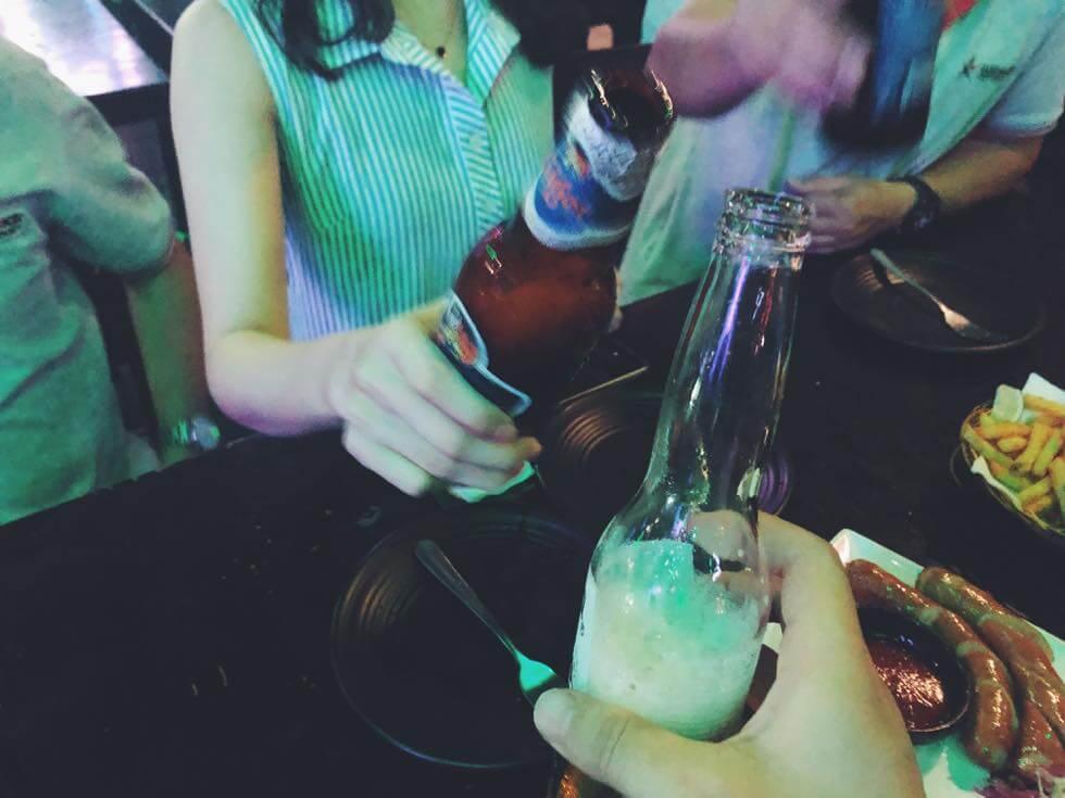 ベトナム瓶ビールで乾杯するところ