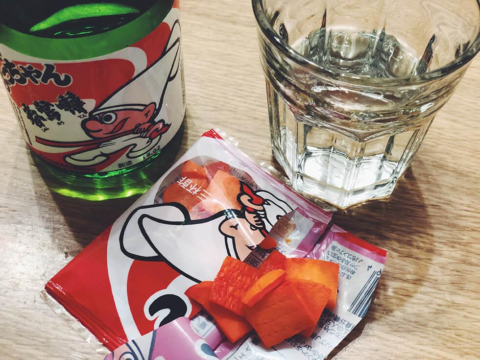 カットよっちゃん専用の日本酒とよっちゃんイカを楽しんでいるところ