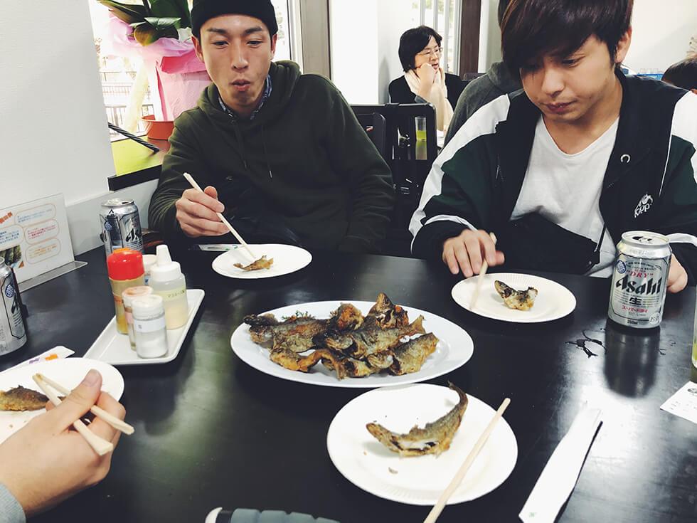 実際に釣り上げたニジマスは唐揚げにしてくれて食べているところ