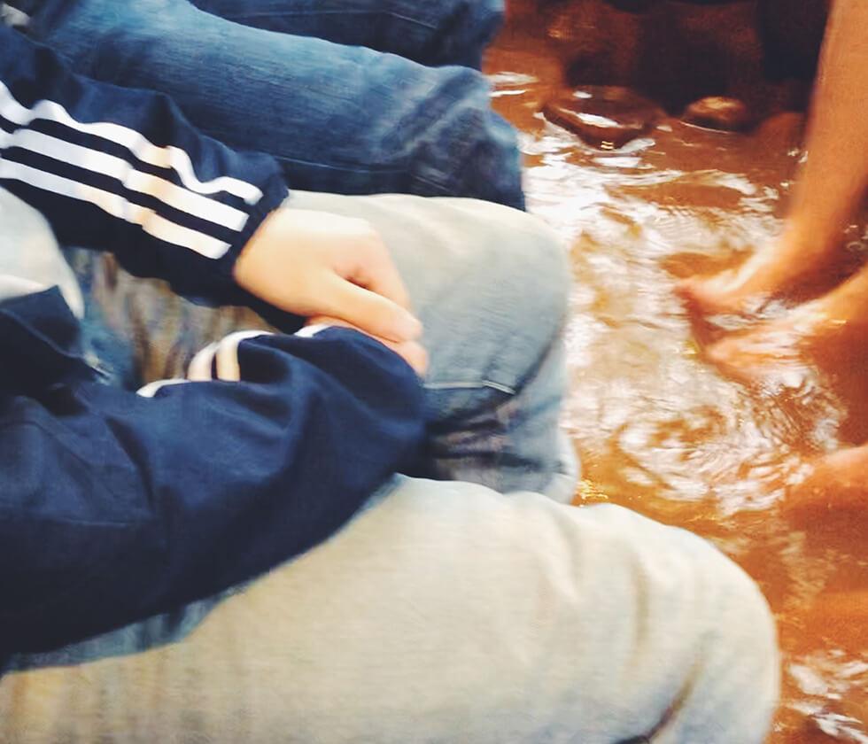 有馬温泉の名泉「金の湯」の足湯につかる2