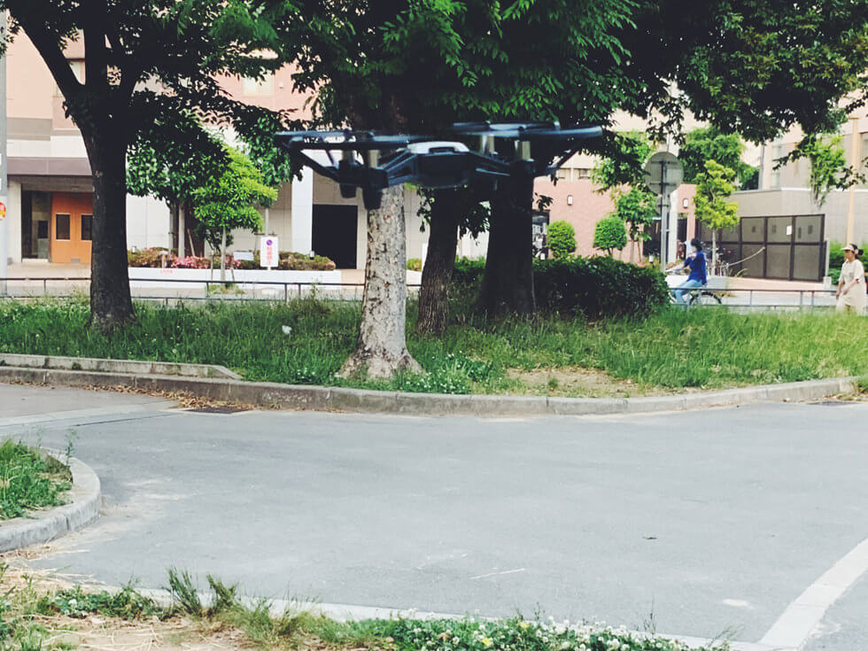 トイドローン Tello を公園で飛ばしている所