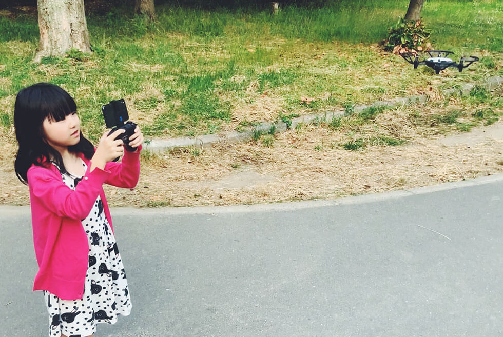 公園で子供とトイドローンで初フライト