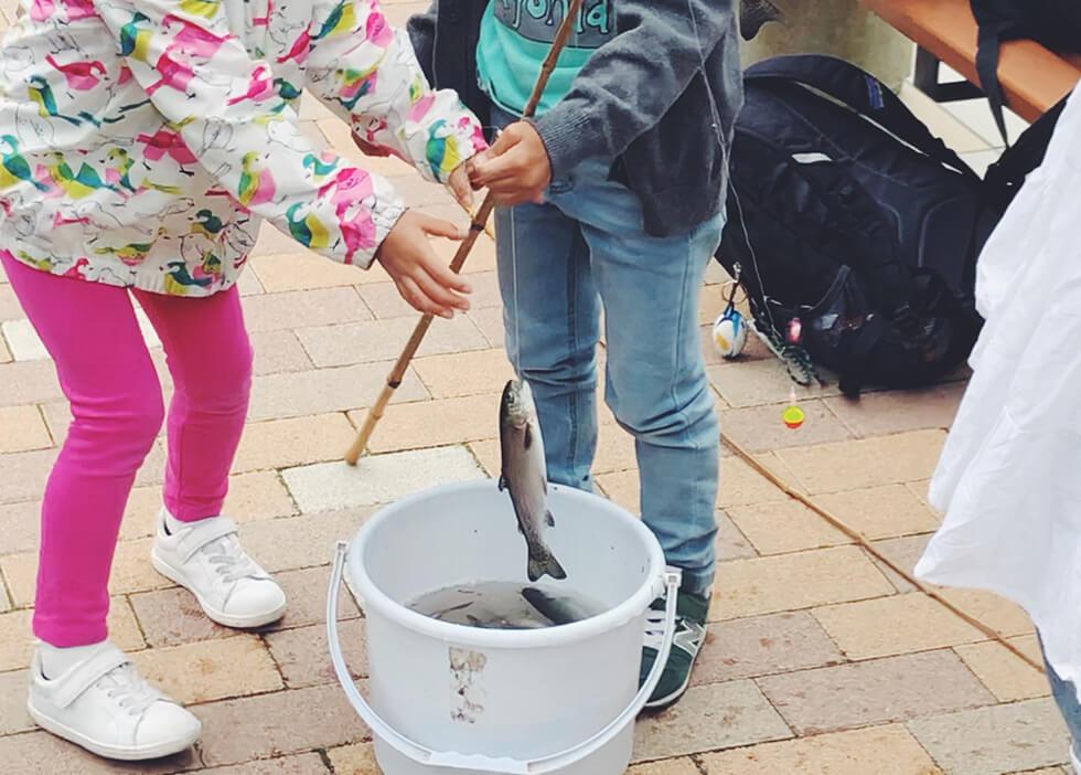 子どもがニジマスを釣ったところ