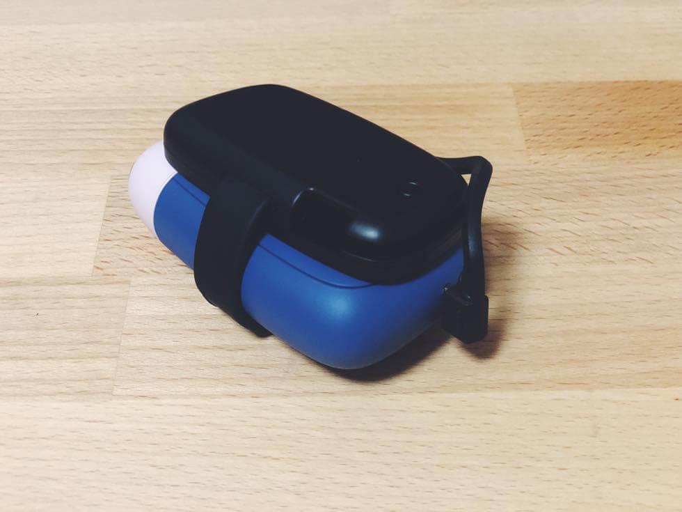 エレコムのプルーム S 用の携帯モバイルバッテリーで充電しているところ