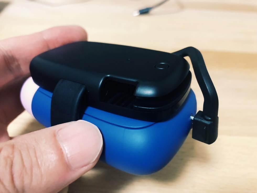 エレコムのプルーム S 用の携帯モバイルバッテリーで充電しているところ2