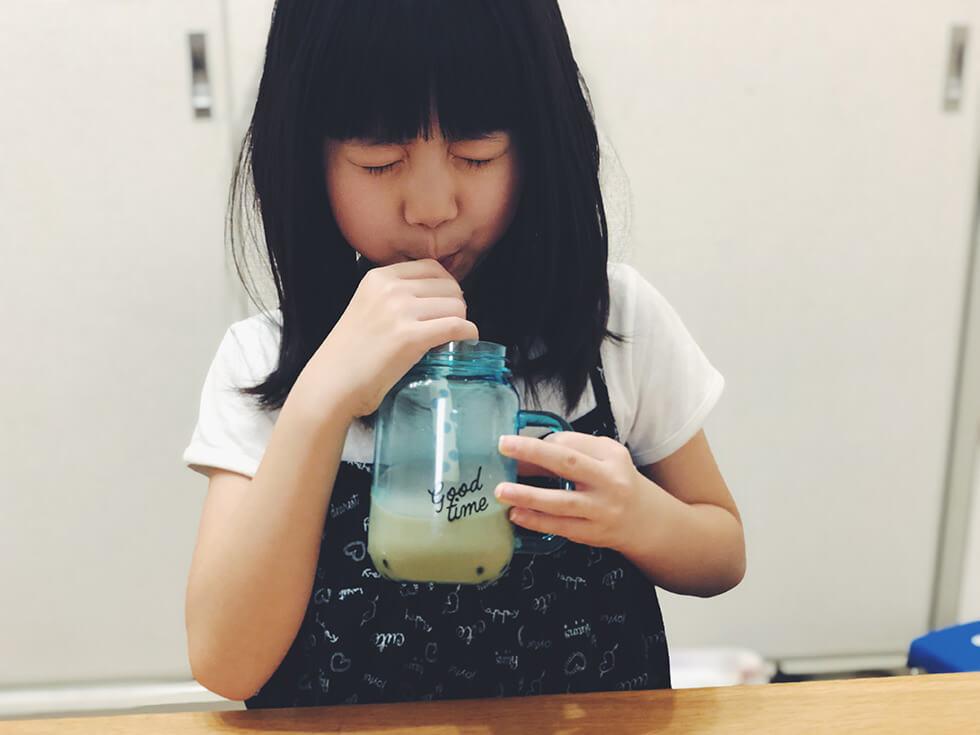 子どもがタピオカジュースの味を飲み比べしている所