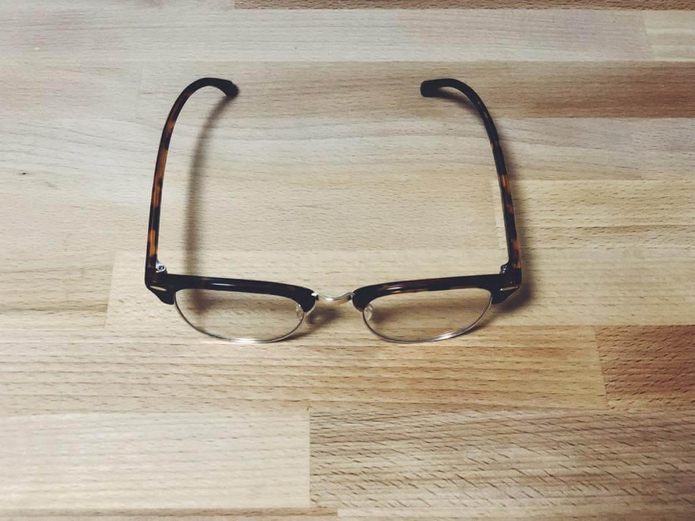 ユニクロのブルーライトカットメガネを上から見たところ