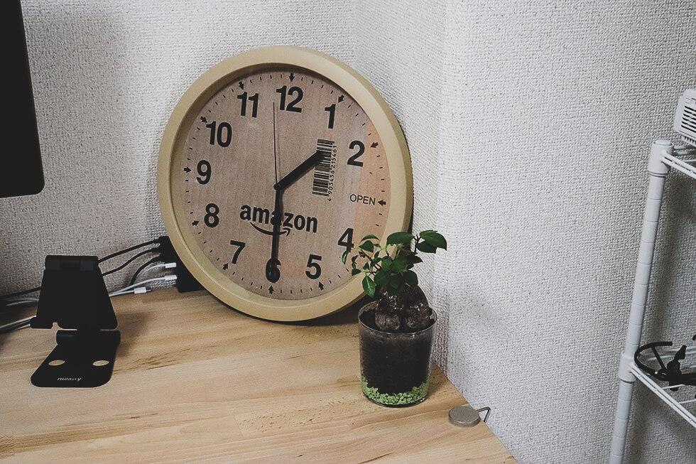 amazon 大好きな人におすすめしたいアマゾンの段ボール風掛け時計をデスクに置いたところ