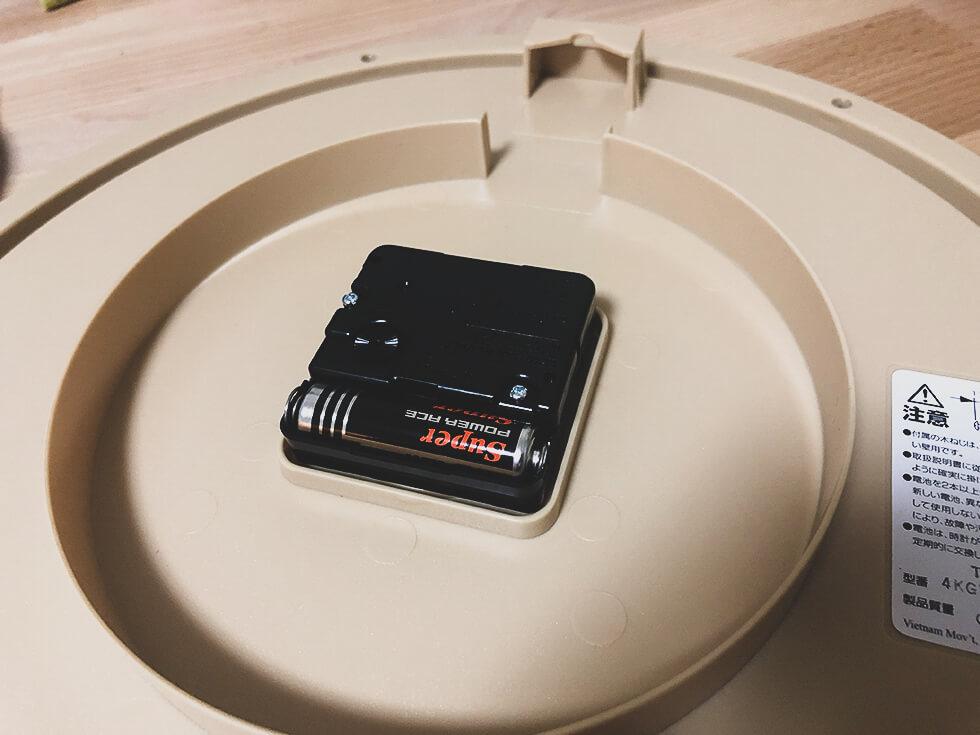 amazon 大好きな人におすすめしたいアマゾンの段ボール風掛け時計の裏側は電池式