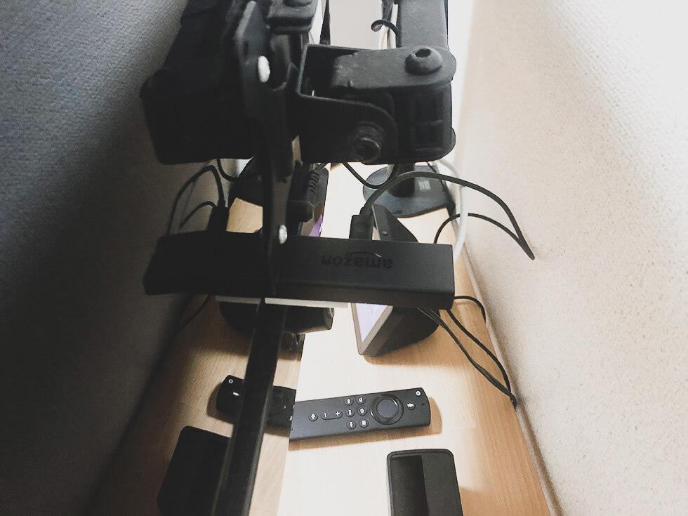 Fire TV Stick をモニターに接続しているところ